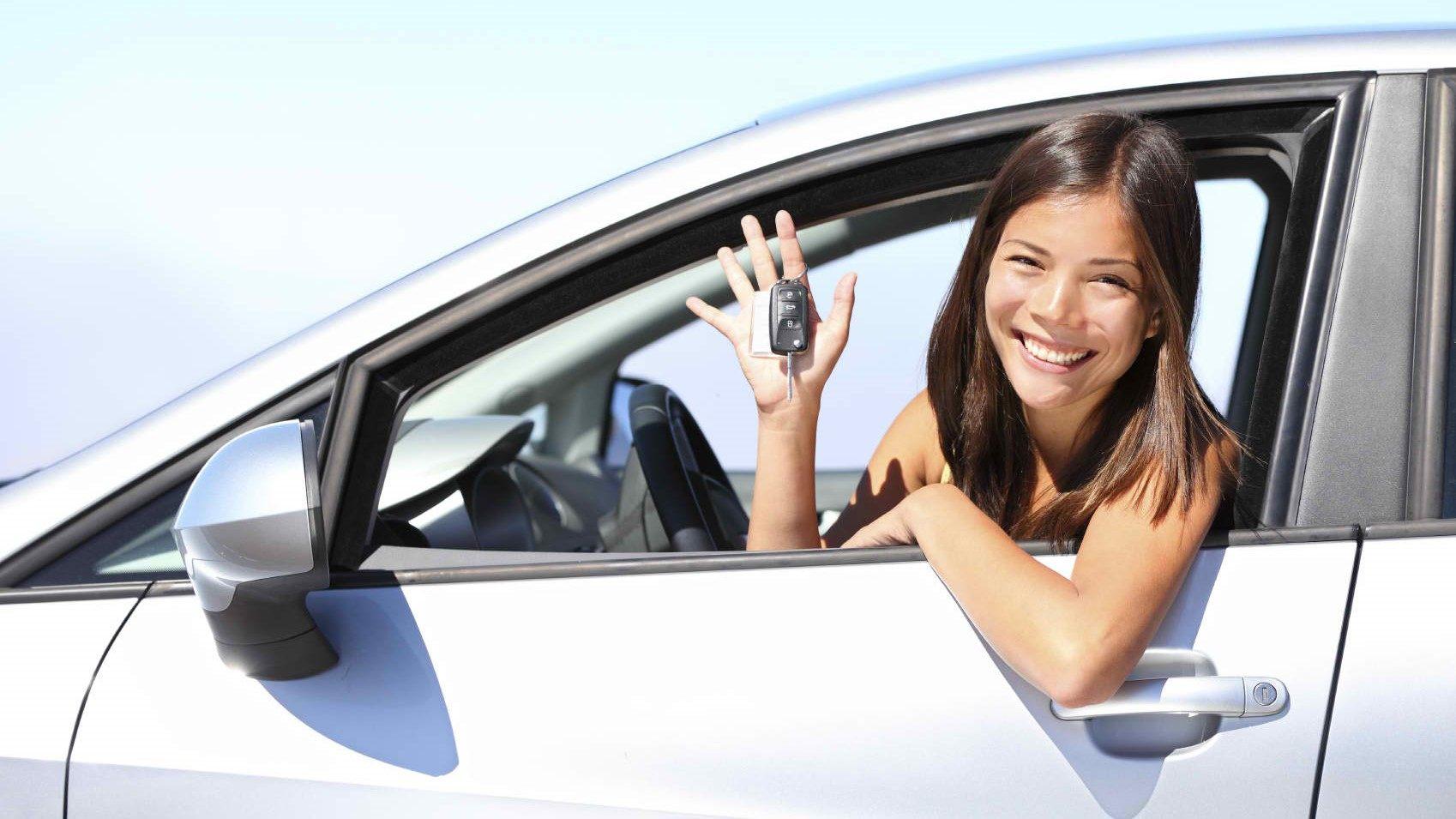 mergina-su-naujais-automobilio-raktais