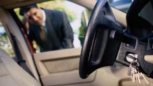 automobilio spyneleje palikti raktai